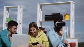 Ομάδα επιχειρηματιών που χρησιμοποιούν τις ψηφιακές συσκευές Εταιρική έννοια συζήτησης ομάδας επιχειρησιακού μάρκετινγκ Εργασία π απόθεμα βίντεο