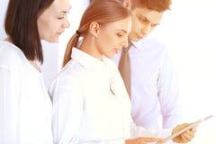 Ομάδα επιχειρηματιών που χρησιμοποιούν το φορητό προσωπικό υπολογιστή στεμένος στην αρχή Έννοια συνεδρίασης και ομαδικής εργασίας στοκ εικόνα με δικαίωμα ελεύθερης χρήσης