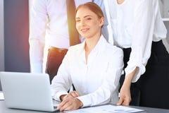 Ομάδα επιχειρηματιών που χρησιμοποιούν το φορητό προσωπικό υπολογιστή στην αρχή Έννοια συνεδρίασης και ομαδικής εργασίας στοκ φωτογραφίες