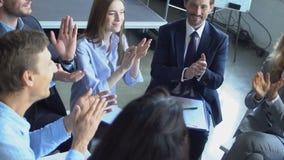 Ομάδα επιχειρηματιών που χτυπούν τα χέρια που τελειώνουν την επιτυχή ομάδα συνεδρίασης του 'brainstorming' των επαγγελματιών που  απόθεμα βίντεο