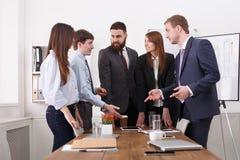 ομάδα επιχειρησιακής σ&upsilon Επιτυχής ομάδα στο σύγχρονο γραφείο κοντά στον πίνακα Στοκ Εικόνες