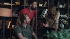 Ομάδα επιχειρησιακών αναλυτών που φαίνεται διαγράμματα στον υπολογιστή στην αρχή Επιτυχής ομάδα απόθεμα βίντεο