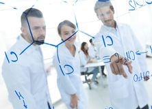 Ομάδα εργαστηριακών επιστημόνων που συζητούν την έρευνά τους στο εργαστήριο Στοκ εικόνα με δικαίωμα ελεύθερης χρήσης