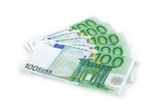 Ομάδα 100 ευρο- τραπεζογραμματίων που απομονώνεται στο άσπρο υπόβαθρο στοκ φωτογραφία