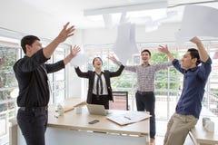 Ομάδα ευτυχούς ενθαρρυντικού στην αρχή επιχειρηματιών Τελειώστε το πρόγραμμα στοκ φωτογραφία