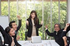 Ομάδα ευτυχούς ενθαρρυντικού στην αρχή επιχειρηματιών E Η επιχειρησιακή ομάδα γιορτάζει μια καλή εργασία στο γραφείο Ασιατικά στοκ εικόνες με δικαίωμα ελεύθερης χρήσης