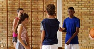 Ομάδα ευτυχών παιδιών γυμνασίου που δίνουν υψηλά πέντε ο ένας στον άλλο φιλμ μικρού μήκους
