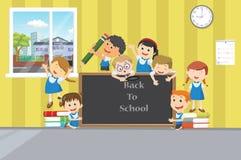Ομάδα ευτυχών παιδιών σχολείου με τον πίνακα κιμωλίας στο clasroom Στοκ φωτογραφίες με δικαίωμα ελεύθερης χρήσης