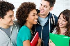 Ομάδα ευτυχών σπουδαστών στοκ φωτογραφία