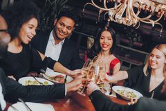 Ομάδα ευτυχών φίλων που συναντούν και που έχουν το γεύμα στοκ φωτογραφίες με δικαίωμα ελεύθερης χρήσης