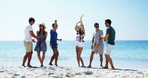 Ομάδα ευτυχών φίλων που χορεύουν στην παραλία απόθεμα βίντεο