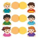 Ομάδα ευτυχών χαμογελώντας παιδιών που μιλούν από κοινού απεικόνιση αποθεμάτων