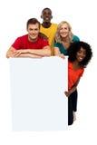 Ομάδα εφήβων που παρουσιάζουν το άσπρο έμβλημα στοκ φωτογραφίες με δικαίωμα ελεύθερης χρήσης