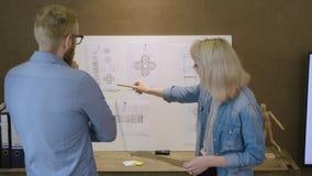 Ομάδα εφαρμοσμένης μηχανικής που εργάζεται σε ένα σχέδιο διαστημοπλοίων απόθεμα βίντεο