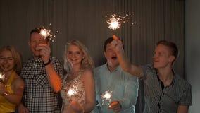 Ομάδα εύθυμων νέων που φέρνουν τα sparklers φιλμ μικρού μήκους