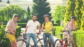 Ομάδα εύθυμων ποδηλατών που μιλούν κατά τη διάρκεια του υπολοίπου απόθεμα βίντεο