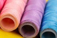 Ομάδα ζωηρόχρωμων στροφίων του νήματος που χρησιμοποιούνται στο ράψιμο, τη ραπτική και την κεντητική πέρα από το φωτεινό κίτρινο  στοκ φωτογραφία με δικαίωμα ελεύθερης χρήσης