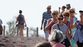 Ομάδα ηλικιωμένων τουριστών που περπατούν κάτω από τον ευρύ επίγειο δρόμο στα βουνά το καλοκαίρι απόθεμα βίντεο