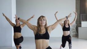Ομάδα ικανότητας νέων γυναικών που κάνουν τις ασκήσεις για τη διαμόρφωση του γλουτού στην κατηγορία ικανότητας Έννοια της ικανότη απόθεμα βίντεο