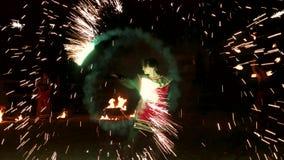 Ομάδα καλλιτεχνών που χορεύουν με τους φανούς πυρκαγιάς απόθεμα βίντεο