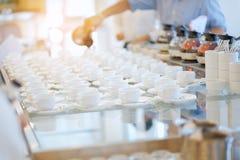 Ομάδα κενού πολλές σειρές των άσπρων κεραμικών φλυτζανιών καφέ ή τσαγιού και Στοκ φωτογραφία με δικαίωμα ελεύθερης χρήσης