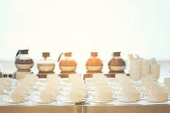 Ομάδα κενού πολλές σειρές των άσπρων κεραμικών φλυτζανιών καφέ ή τσαγιού και Στοκ εικόνα με δικαίωμα ελεύθερης χρήσης