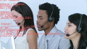 Ομάδα κεντρικών πρακτόρων κλήσης που μιλούν στους πελάτες απόθεμα βίντεο