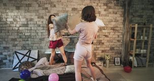 Ομάδα κομμάτων Sleepover κυριών φίλων στις πυτζάμες που κτυπούν με τα μαξιλάρια, και που ξοδεύουν έναν χρόνο διασκέδασης από κοιν απόθεμα βίντεο