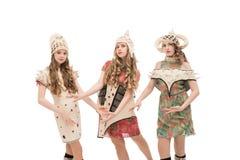 Ομάδα κοριτσιών κατά την αρχική καλλιεργημένη κοστούμια άποψη στοκ φωτογραφίες