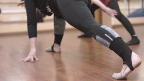 Ομάδα κοριτσιών στην κατάρτιση στη γυμναστική, βίντεο σπάγγου φιλμ μικρού μήκους