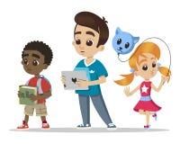 Ομάδα μικρών παιδιών Νέο μικρό κορίτσι χαρακτήρων με ένα μπαλόνι Ευτυχή κινούμενα σχέδια αγοριών με την ταμπλέτα αφρικανικό αγόρι ελεύθερη απεικόνιση δικαιώματος