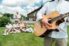 Ομάδα μουσικών που παίζουν τα μουσικά όργανα στοκ εικόνες