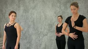 Ομάδα νέας γυναίκας που κάνει την άσκηση για την αναπνοή στην κατηγορία γιόγκας Στοκ Εικόνες