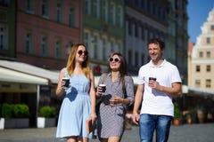Ομάδα νέου περίπατου τουριστών μέσω των οδών μιας αρχαίας πόλης στοκ φωτογραφία με δικαίωμα ελεύθερης χρήσης