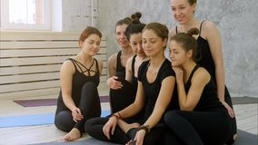 Ομάδα νέων γυναικών που παίρνουν selfie χρησιμοποιώντας το τηλέφωνο κυττάρων στην κατηγορία γιόγκας Στοκ Εικόνα
