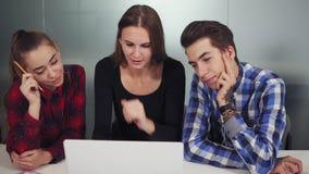 Ομάδα νέων δημιουργικών εργαζομένων σε ένα δημιουργικό περιβάλλον εργασίας ξεκινήματος που πραγματοποιεί μια συνεδρίαση του προγρ φιλμ μικρού μήκους