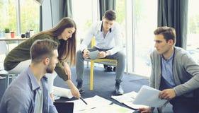 Ομάδα νέων επιχειρηματιών και σχεδιαστών Αυτοί που λειτουργούν στο νέο πρόγραμμα Έννοια ξεκινήματος Στοκ Εικόνα