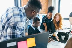 Ομάδα νέων επιχειρηματιών που αποτελούν τις νέες ιδέες για την επιχείρηση Στοκ εικόνες με δικαίωμα ελεύθερης χρήσης