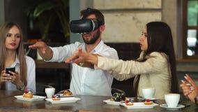 Ομάδα νέων επιχειρηματιών σε μια συνεδρίαση με την κάσκα VR απόθεμα βίντεο