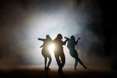 Ομάδα νέων θηλυκών χορευτών στην οδό τη νύχτα Στοκ φωτογραφία με δικαίωμα ελεύθερης χρήσης