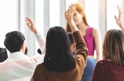 Ομάδα νέων που αυξάνουν τα χέρια επάνω στοκ εικόνες με δικαίωμα ελεύθερης χρήσης