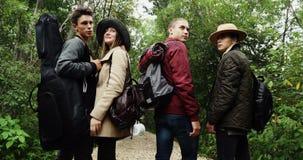 Ομάδα νέων που στέκονται στο δάσος φιλμ μικρού μήκους