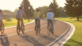 Ομάδα νέων σε ένα ταξίδι ποδηλάτων φιλμ μικρού μήκους