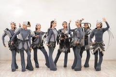 Ομάδα νέων χορευτών στο φανταστικό πυροβολισμό κοστουμιών στοκ φωτογραφίες με δικαίωμα ελεύθερης χρήσης