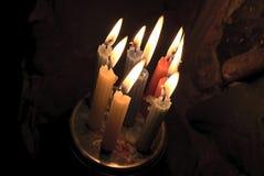 Ομάδα να καψει τα κεριά πλησίον στις πέτρες Στοκ φωτογραφία με δικαίωμα ελεύθερης χρήσης