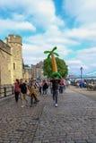 Ομάδα νεολαιών που περπατά εμπρός εκτός από τον πύργο του Λονδίνου στοκ φωτογραφίες