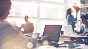 Ομάδα ξεκινήματος στην εργασία Μεγάλο γραφείο, lap-top και γραφική εργασία ανοιχτού χώρου χρυσή ιδιοκτησία βασικών πλήκτρων επιχε Στοκ Εικόνες