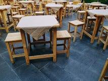 Ομάδα ξύλινου πίνακα με τις καλύψεις και τις έδρες υφασμάτων στο υπαίθριο εστιατόριο τροφίμων οδών στοκ εικόνες