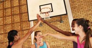 Ομάδα παιδιών γυμνασίου που δίνουν υψηλά πέντε στο γήπεδο μπάσκετ απόθεμα βίντεο