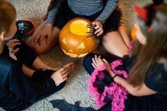 Ομάδα παιδιών που παίζουν με την κολοκύθα σε αποκριές Στοκ Φωτογραφία